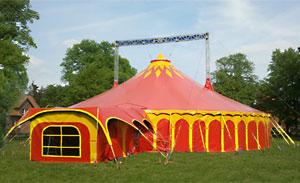 Ein Circuszelt auf dem Schulhof